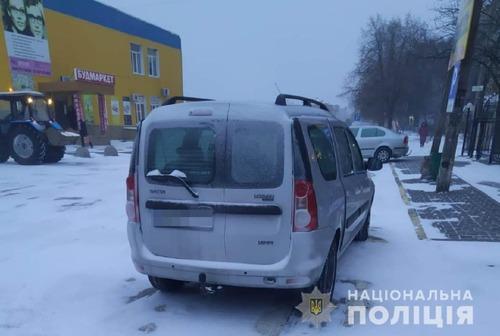 Под Харьковом на пешеходном переходе сбили мужчину. Полиция просит людей о помощи (фото)