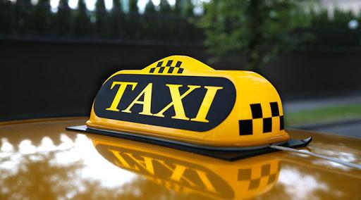 Плевалась и отказывалась платить. В Харькове женщина затеяла конфликт с таксистом (видео)