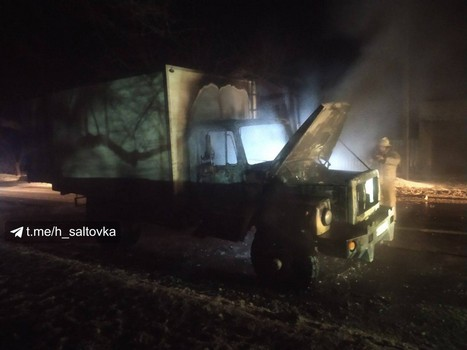 Автомобиль загорелся на ходу, водитель успел выскочить. Под Харьковом сгорел грузовик (видео, фото, дополнено)