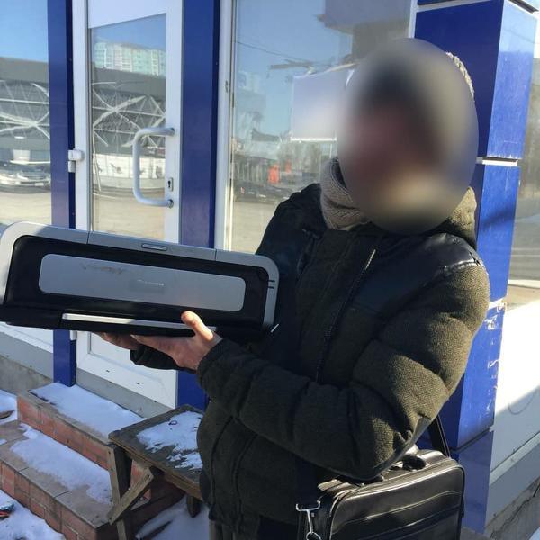 Мужчину с оргтехникой задержали посреди улицы в Харькове