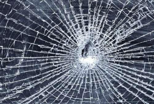 В центре Харькова разгромили окна магазина (видео)