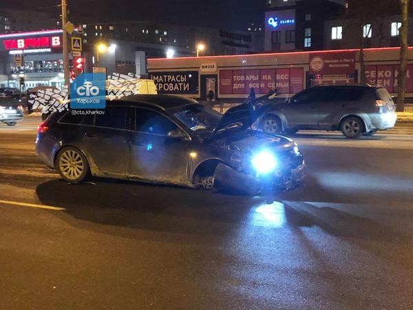 ДТП в Харькове: части автомобилей разлетелись по асфальту (фото)