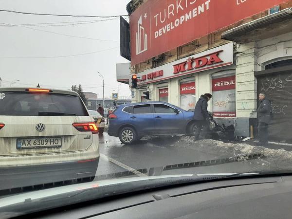 ДТП в Харькове: машина врезалась в магазин, есть пострадавшие (видео)