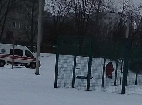 Под стенами харьковской школы умер мужчина