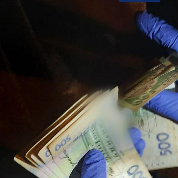 Владелец статусного авто из Харькова сорил деньгами прямо посреди дороги