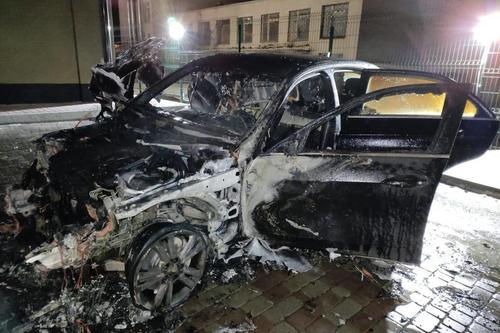 В Харькове сгорел автомобиль одного из самых знаменитых производителей (фото)