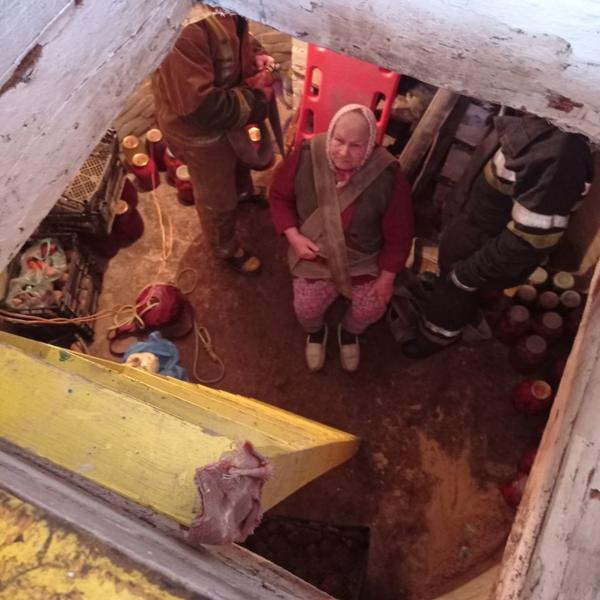 Происшествие на Харьковщине: старушка провалилась под землю (фото)