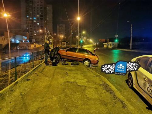 ДТП в Харькове: машина зависла над пропастью (фото)