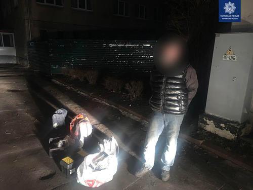 Бросил сумки и побежал. В Харькове посреди улицы устроили погоню за мужчиной