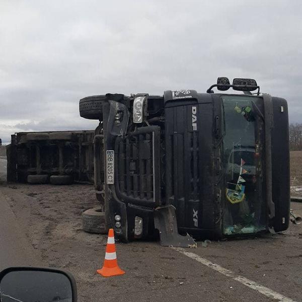 На Харьковщине перевернулся грузовик с добром (фото, видео)