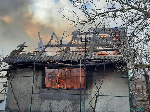 Под Харьковом сгорела дача: есть пострадавшие (фото)