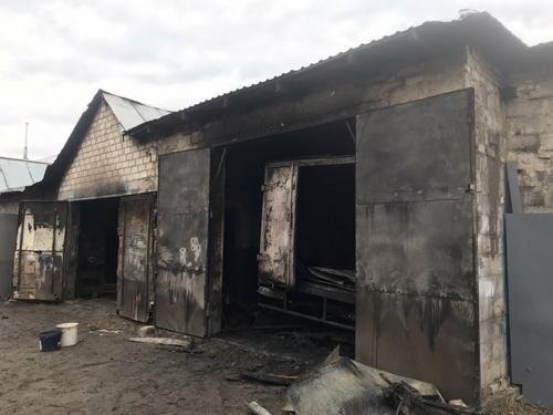 Под Харьковом сгорел гараж с грузовиком (фото)