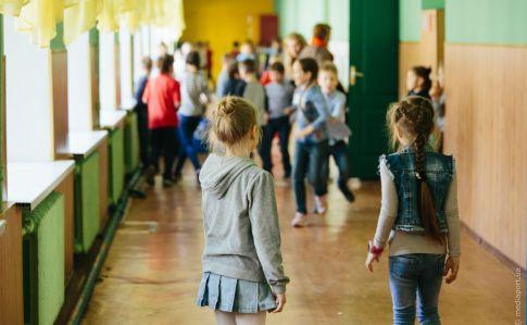 На Харьковщине школьники после вынужденного перерыва, возвращаются на учебу в классы
