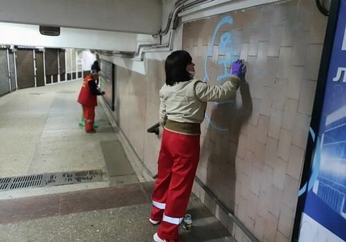В переходах харьковского метро будут убирать по новому графику