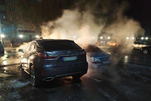 В Харькове две машины сожгли дотла (фото, видео)