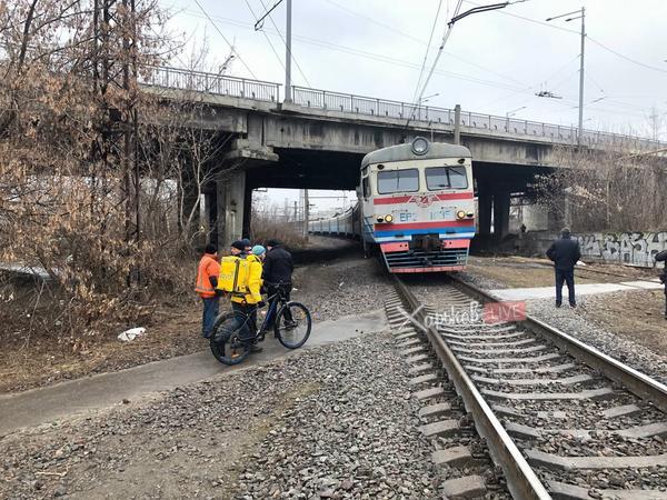 В Харькове машинисту электропоезда пришлось экстренно затормозить (фото)