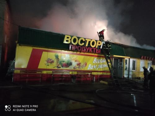 На Харьковщине сгорел крупный магазин (фото)