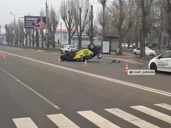 В Харькове перевернулся автомобиль такси: есть пострадавшие (фото)