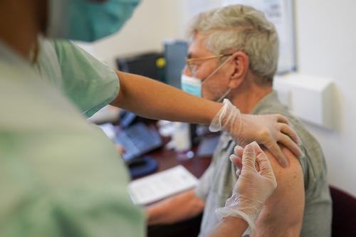 Минздрав разрешил прививать от коронавируса пенсионеров