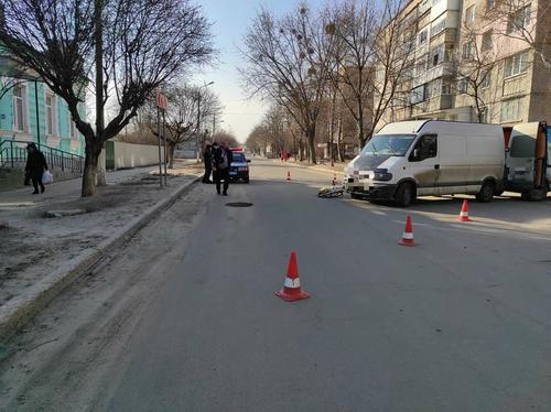 На Харьковщине велосипедистку забрали с проезжей части на скорой помощи (фото)