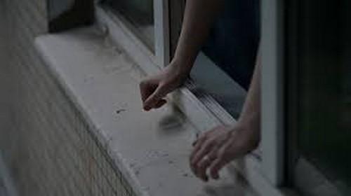 Чудом осталась жива: харьковчанин в порыве ярости выбросил в окно свою супругу