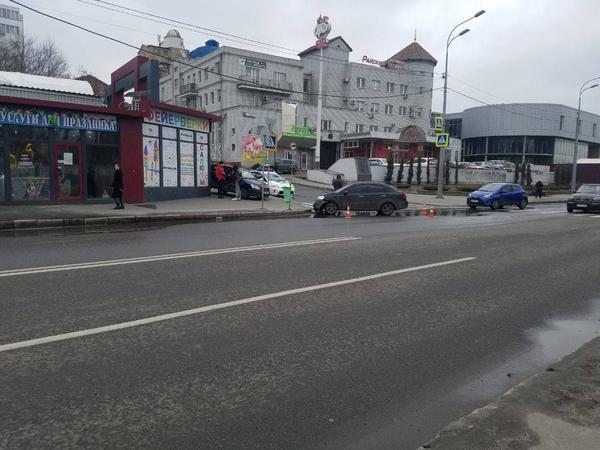 Происшествие в центре Харькова: девушку унесли на носилках (фото)