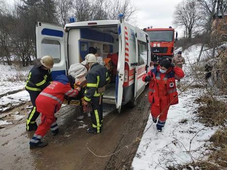 Случай на Харьковщине: медикам пришлось вызвать спасателей (фото)