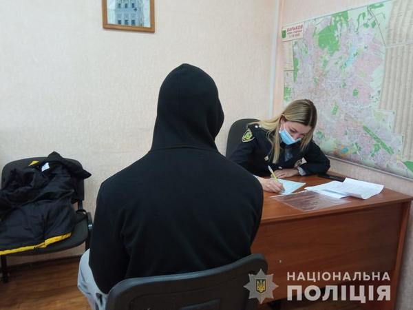 Справлял нужду на платформе харьковского метро: дерзкий подросток понесет ответственность (видео)