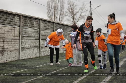 Рука об руку до финиша. В Харькове состоялся забег с особенными участниками (фото)