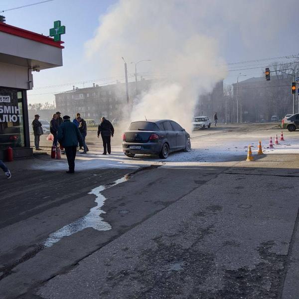 В Харькове возле супермаркета вспыхнула машина (видео)