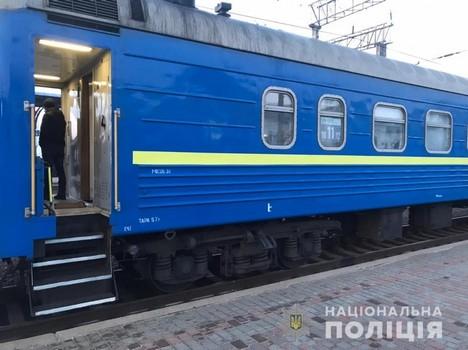 Угрожали открыть огонь на поражение: в полиции озвучили подробности задержания в поезде на Харьковщине (фото)