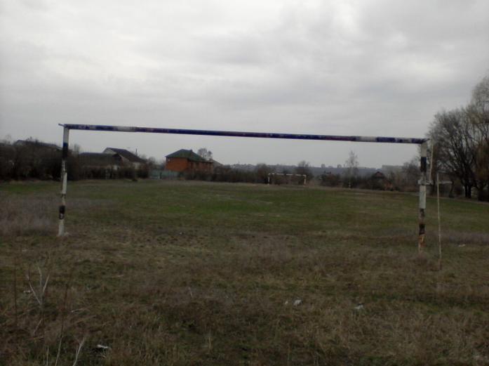 В Харькове школьный стадион превратили в парковку