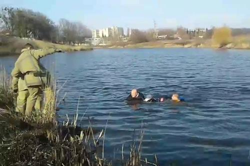 Барахталась и звала на помощь. В Харькове женщина упала в водоем (фото, видео)