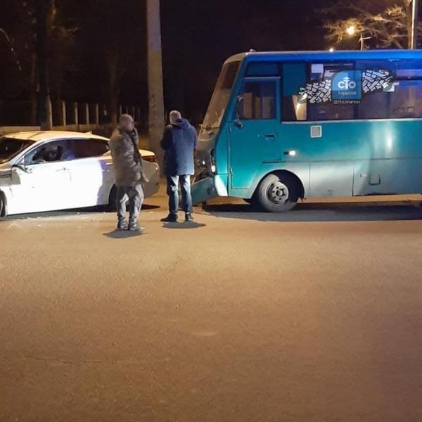 Маршрутка попала в аварию в Харькове: есть пострадавшие (фото, видео)