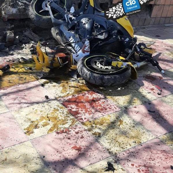 В Харькове мотоциклист разбился о каменное ограждение (фото)