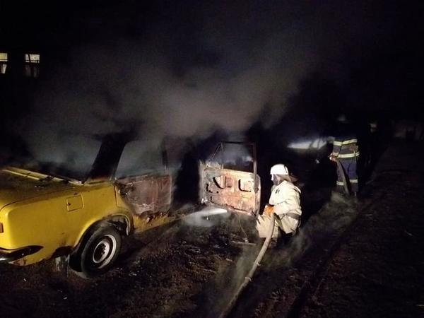 Под Харьковом среди ночи сгорели две машины (фото)