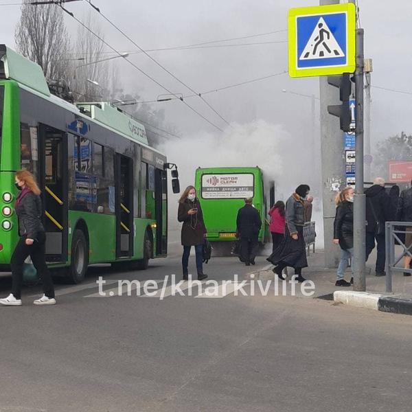 В Харькове загорелся автобус с пассажирами (видео)