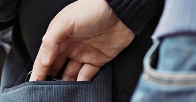 Один держал за шею, другой – обыскивал карманы. На Харьковщине парня оставили без сбережений (фото)
