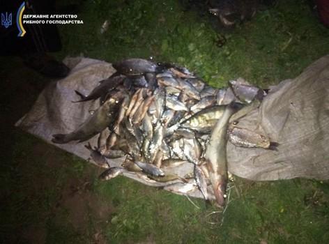 В Харьковской области трое мужчин нажили себе проблем из-за проделок на водоеме (фото)