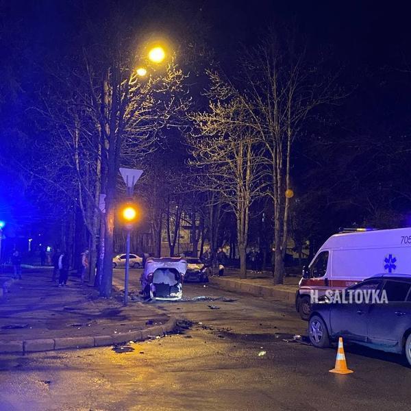 Серьезное ДТП в Харькове: автомобиль подлетел вверх и приземлился на крышу (фото, видео)