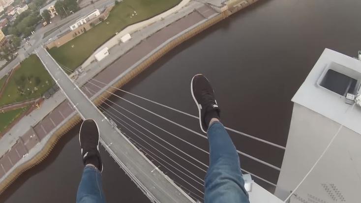 Парня спасли на мосту в Харькове (видео)