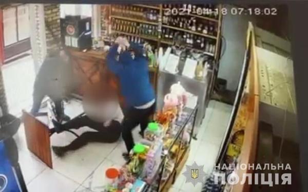 С дубинками и пистолетом. Под Харьковом мужчину жестоко избили в кафе (фото, видео)