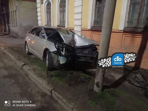 В Харькове автомобиль вылетел на тротуар, есть пострадавшие (фото)