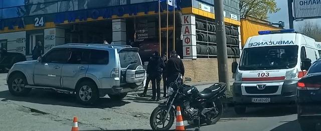 В Харькове прямо посреди улицы на парня надели ортопедический воротник (видео)