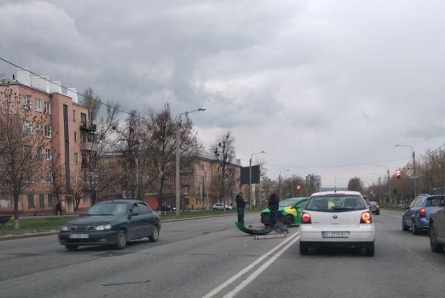 Проскочить не удалось: харьковский таксист набедокурил на оживленной трассе (фото, видео)
