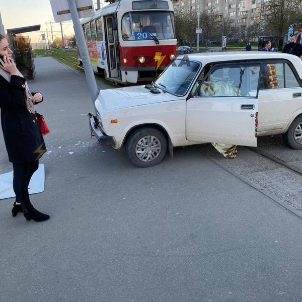В Харькове водитель умер за рулем, неуправляемая машина понеслась по проспекту (фото, видео)