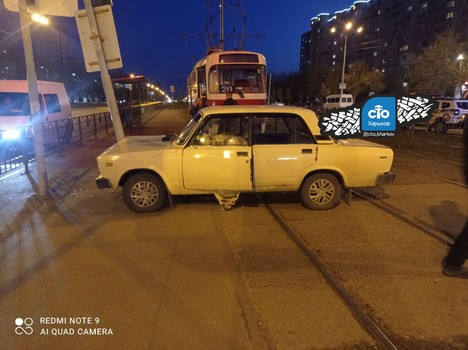 Смерть за рулем в Харькове: появилось видео, как неуправляемый автомобиль выехал на тротуар