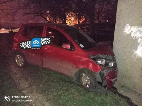 В Харькове женщина разбила автомобиль о стену дома (фото)