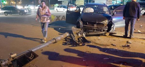ДТП в Харькове: части автомобилей усыпали дорогу (фото, видео)