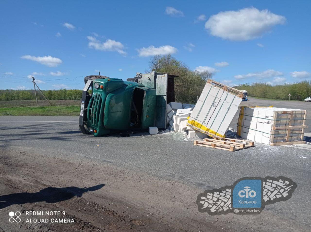 Под Харьковом перевернулся грузовик с товаром (фото)